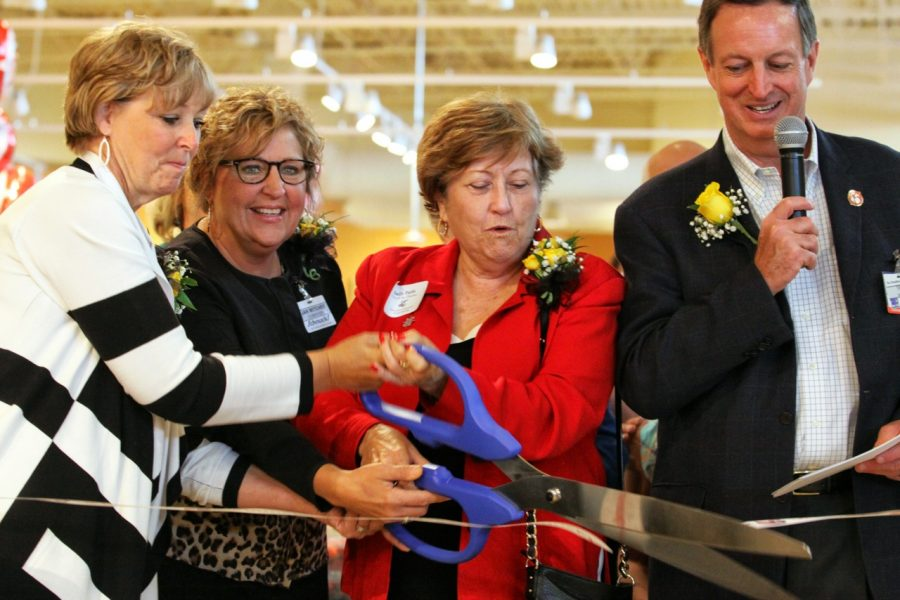 President+Evans+leads+ribbon-cutting+on+Schnucks+opening