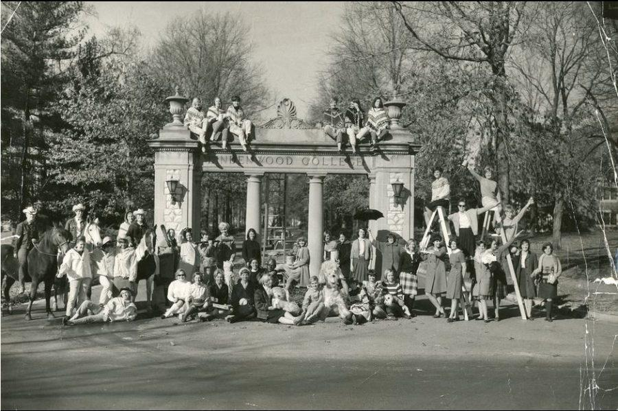 Photo+from+Lindenwood%27s+archives%0AStudents+take+a+group+photo+on+the+Alumnae+Gate+in+the+1960s.