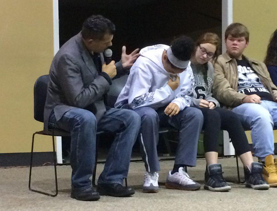 Hypnotist+takes+students+through+hypothetical+scenarios