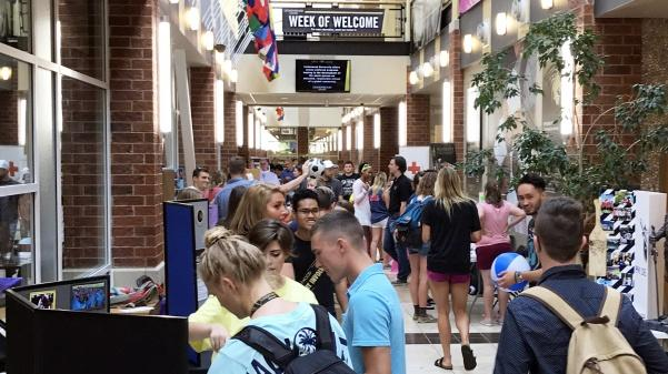 Nestled+between+an+entryway+and+the+cafeteria+In+Evans+Commons%2C+the+Fall+2017+Student+Organization+Fair+featured+over+20+clubs.+Photos+by+Miguel+Rincand.