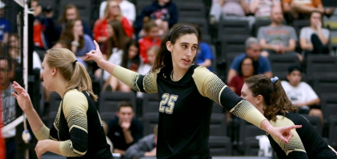 Lindenwood+volleyball+player+Emily+Wylie+%28%2325%29+signals+to+her+teammates+during+Tuesday%27s+loss+to+%2318+Central+Missouri.+Photo%3A+Don+Adams+Jr.