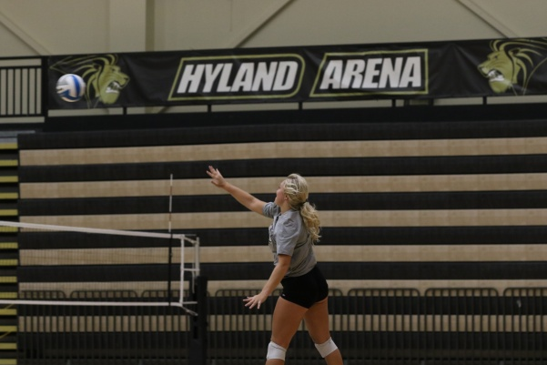 Allyson+Clancy+serves+a+ball+during+practice+at+the+beginning+of+the+season+in+October+2018.+Clancy+now+holds+Lindenwood%27s+program+record+for+assists+and+is+the+first+NCAA+player+to+record+3%2C000.+%0APhoto+by+Merlina+San+Nicol%C3%A1s