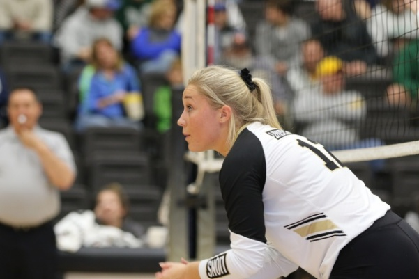 Senior+Allyson+Clancy+claps+to+encourage+her+teammates+during+the+match+against+Missouri+Southern+State+University+on+Saturday+night+at+the+Hyland+Arena.++Photo+by+Merlina+San+Nicol%C3%A1s%0A