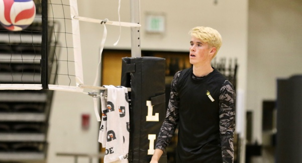 Adam Brewster during practice in October 2018. Brewster is a senior setter and captain of the men's volleyball team.  Photo by Merlina San Nicolás.