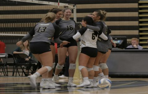 Women's volleyball split weekend matches